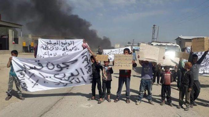 احتجاجات وإغلاق للطرق في بلدة ذيبان رداً على اعتقال قسد لعدد من أهالي البلدة