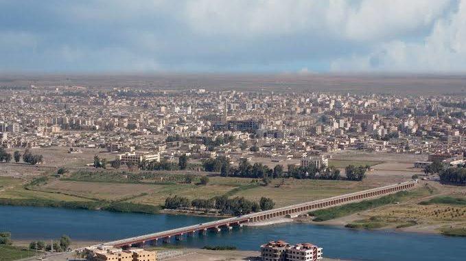 خوف وذعر لدى الأهالي رافقه إطلاق نار خلال مداهمة قسد لأحد أحياء مدينة الرقة.