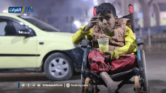 طفل من ذوي الاحتياجات الخاصة يجوب شوارع مدينة الرقة لتأمين لقمة عيشه.