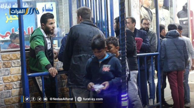 أزمة على مادتي الخبز والوقود تعصف  بمدينة الرقة(صور).